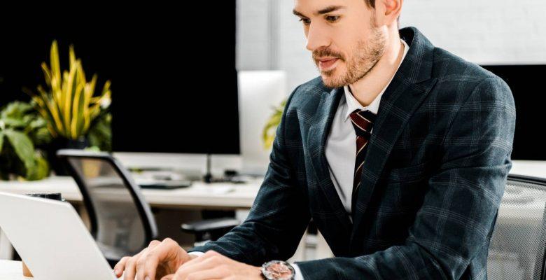 come fare un preventivo irresistibile, uomo d'affari concentrato mentre lavora al computer