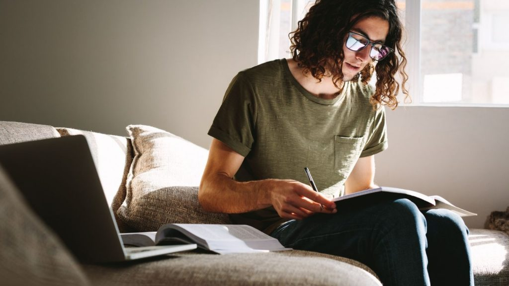 come imparare ad imparare giovane uomo studia e apprende