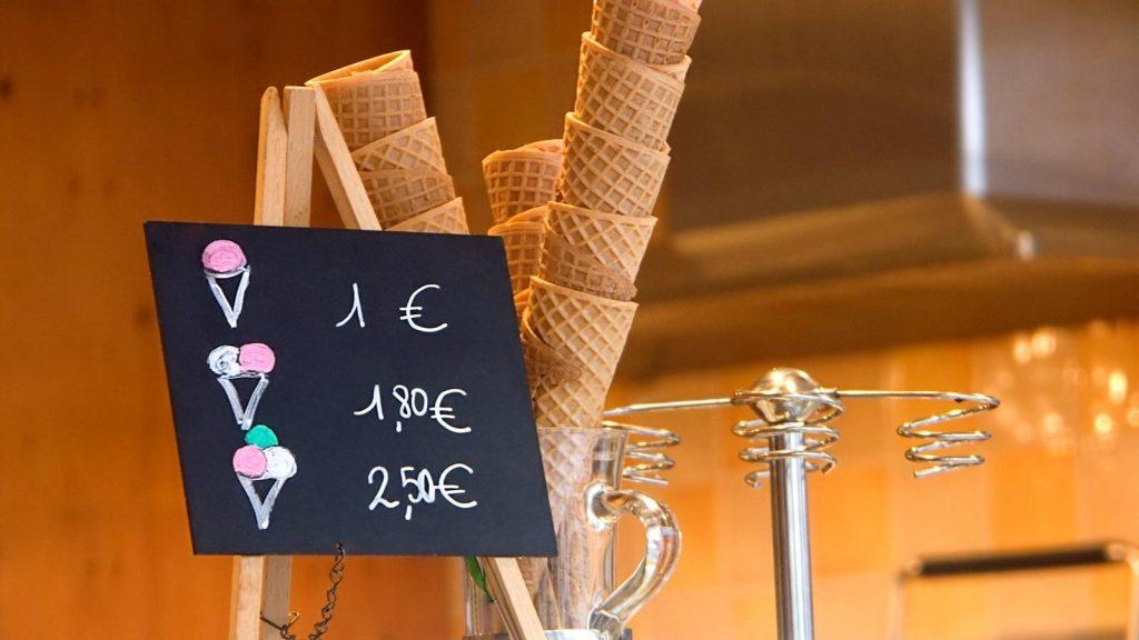 strategie up-selling e cross selling: cartello con offerta cono gelato
