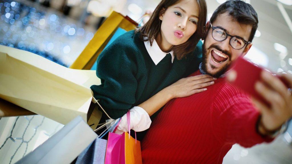 up-selling e cross selling: clienti felici fanno selfie per mostrare i loro acquisti