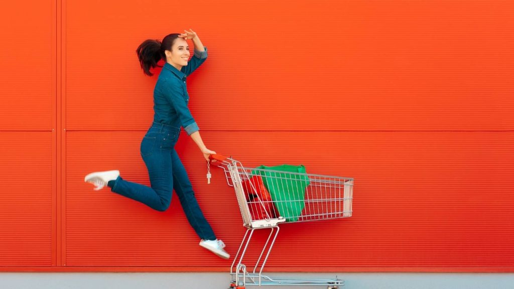 Vendere online con il blog: quali soluzioni scegliere? Donna sorridente guarda all'orizzonte piena di speranza
