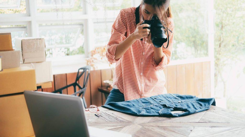 Cura ogni dettaglio e pianifica le tue strategia: donna fotografa i prodotti in vendita