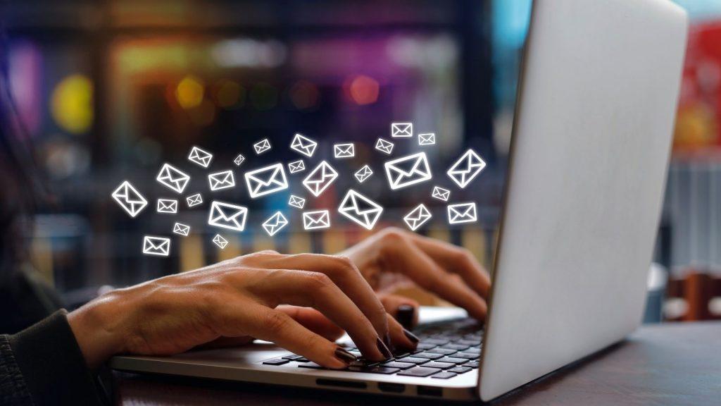 welcome mail: mani digitano i testi delle mail per la campagna di indottrinamento