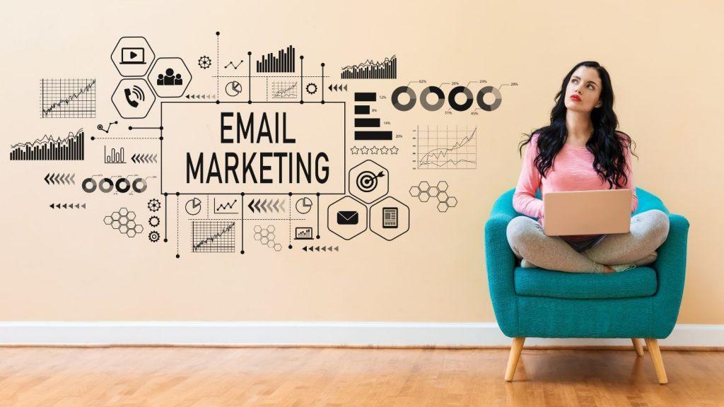 Aumentare le iscrizioni alla newsletter: donna pianifica strategie di email marketing