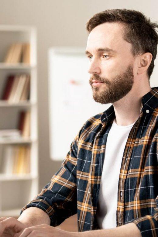 Come creare una home page: uomo davanti al computer progetta l'home page