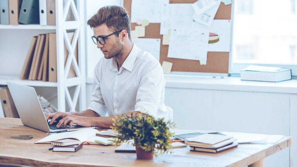 Incrementare liste email: uomo pianifica strategie al computer