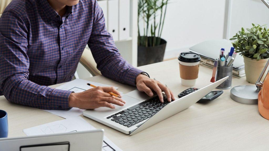 Strategie per aumentare gli iscritti alla newsletter: uomo lavora al computer