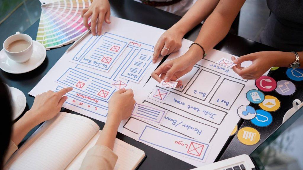 Come creare una home page: team studia la struttura dell'home page