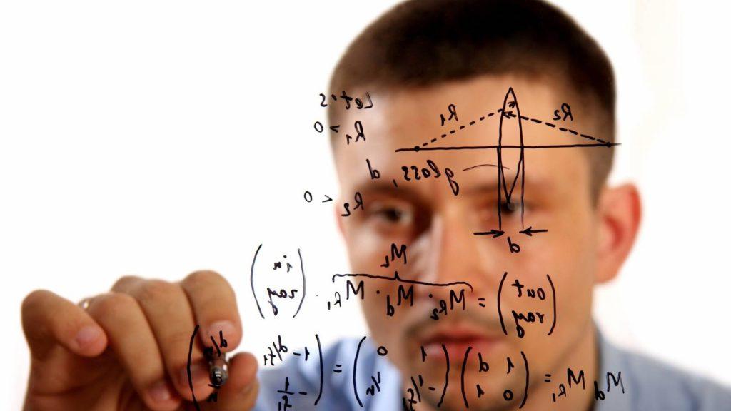 Esempi di come creare un titolo: uomo disegna formule sulla lavagna