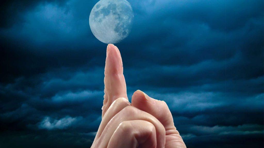Stabilisci le abitudini giuste e passa dal pensiero all'azione. Dito indice indica la luna.