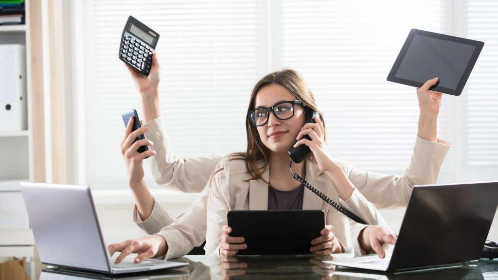 Multitasking: donna con 6 braccia lavora, mentre la distrazione vince sulla produttività