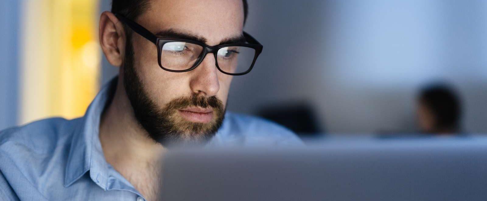 Passare dal pensiero all'azione: uomo concentrato sul proprio lavoro