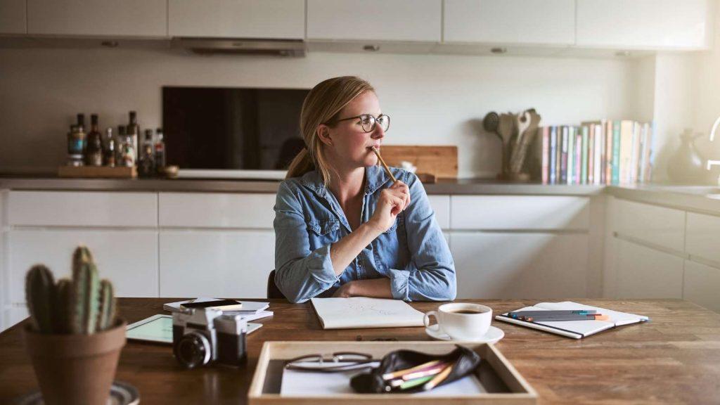 Passare dal pensiero all'azione: la produttività per raggiungere i tuoi obiettivi: donna mentre lavora concentrata
