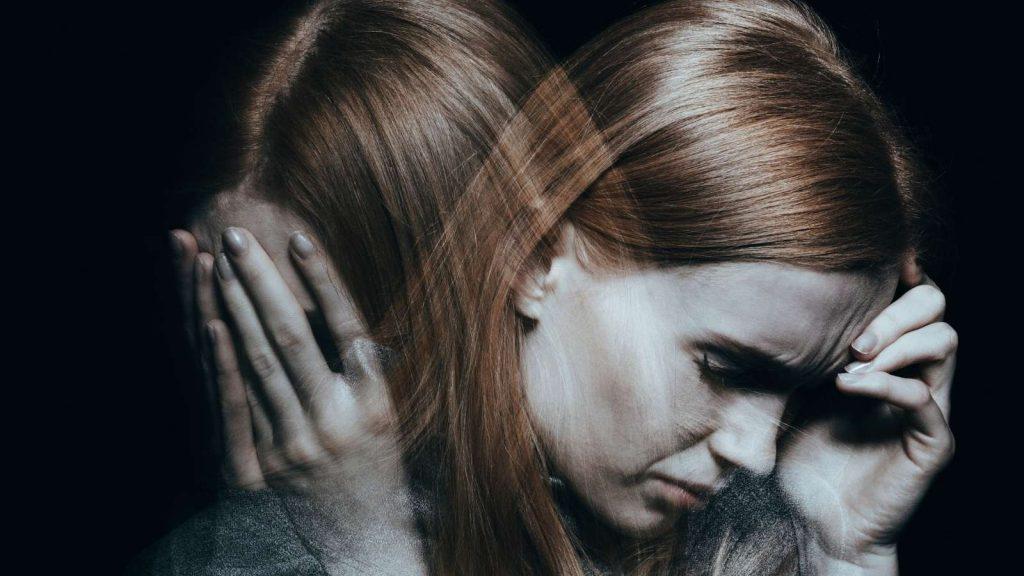 Passare dal pensiero all'azione. Donna che subisce gli effetti di ansia e stress.