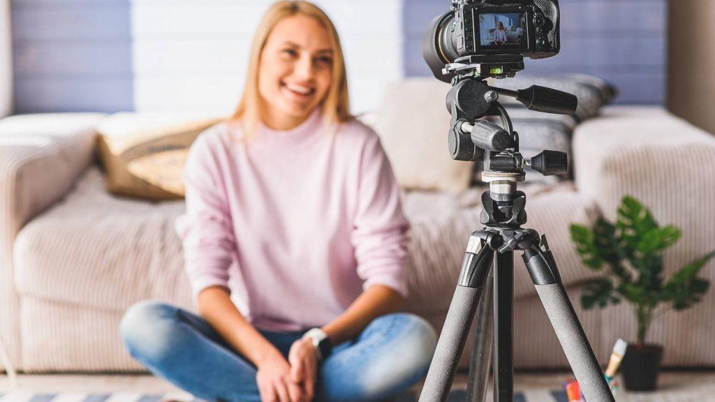 Cos'è un blog e a cosa serve un blog: donna felice prepara i contenuti per il suo vlog.