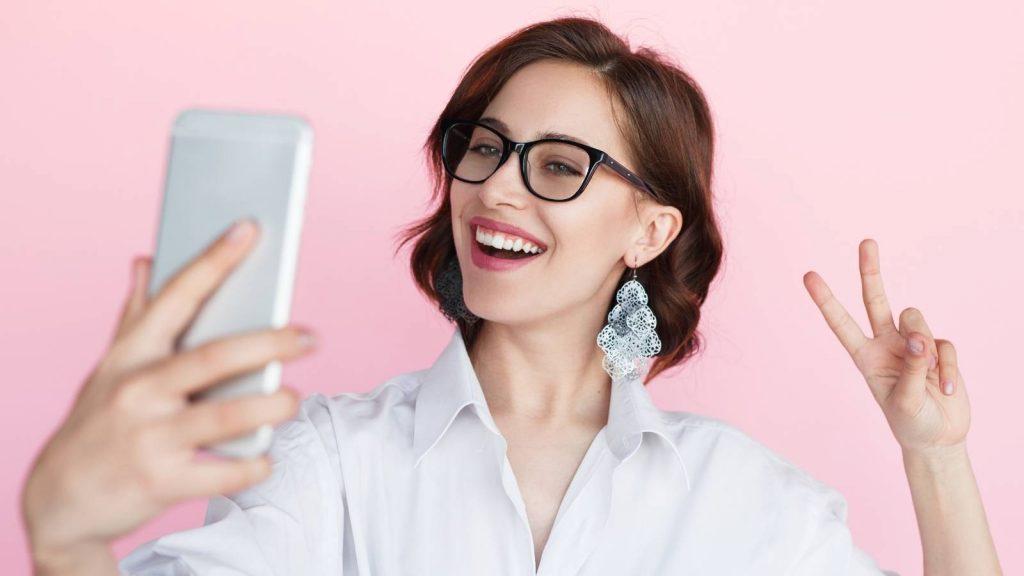 Cos'è un lead: cliente felice mostra il suo acquisto sui social media