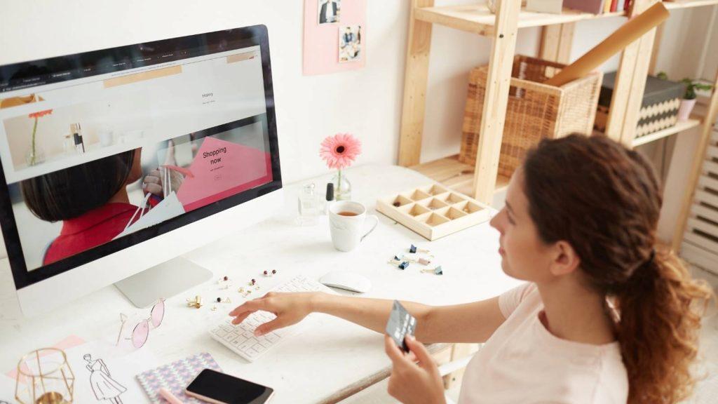 siti web per professionisti: donna visita un sito e si appresta afare un acquisto
