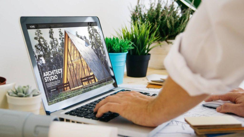 Siti web per professionisti: nell'immagine uomo consulta il sito web di un architetto.