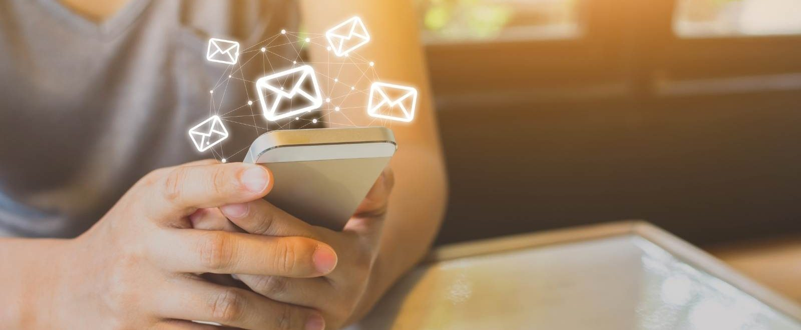 Software newsletter – persona guarda la posta elettronica sullo smartphone